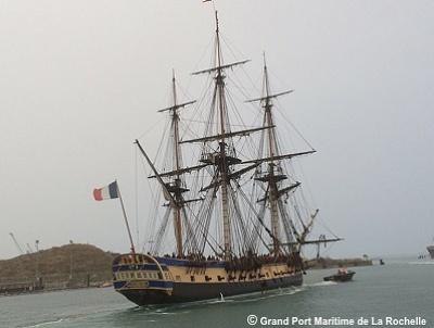 illustration de L'Hermione a quitté le Grand Port de La Rochelle : nouveaux essais avant de mettre le cap sur Bordeaux début octobre 2014