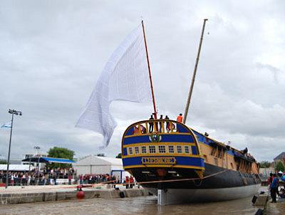 Photo : Rochefort : Mise à l'eau de la coque de l'Hermione 6 juillet 2012
